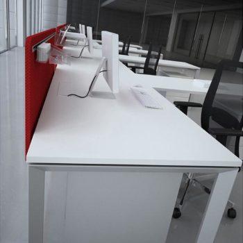 рабочие места персонала open space c перегородкой над столом