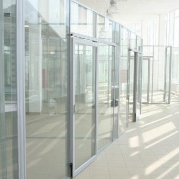 Перегородка алюминиевая с дверью, остекление прозрачное