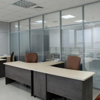 Перегородка с серым алюмиевым профилем изготовленная под заказ, внутри офиса