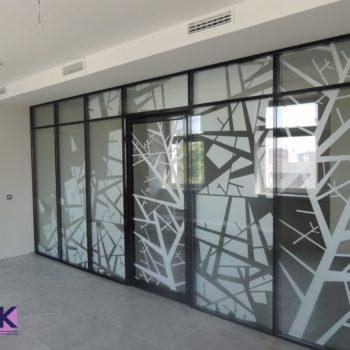 Алюминиевая перегородка в офисе с рисунком на стекле