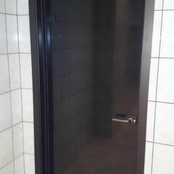 стеклянная черная входная дверь фото