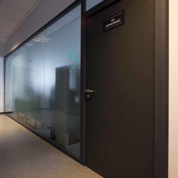 изготовление стеклянных перегородок с дверью