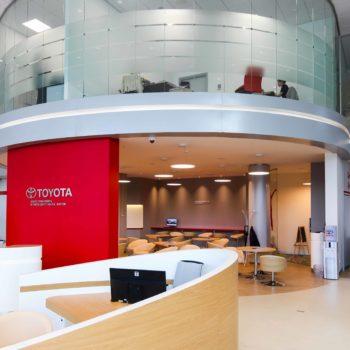 стеклянные перегородки фото c офиса Toyota