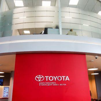 стеклянные перегородки фото с офиса Toyota