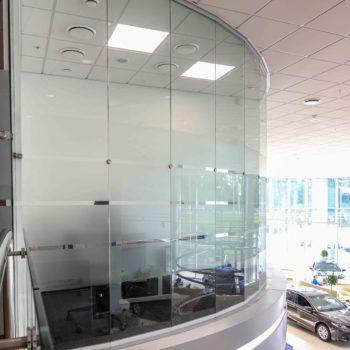 Закругленные стеклянные перегородки под заказ