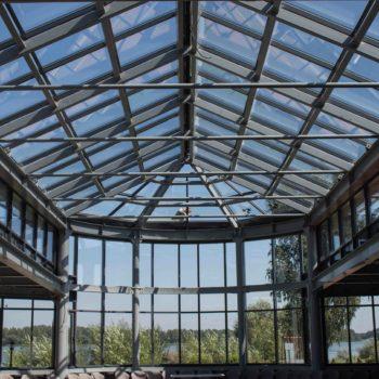 Фото остекленного здания изнутри