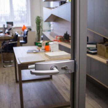 стеклянная входная дверь, фото ручки
