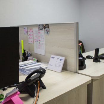 Рабочее место с перегородкой в классическом цвете 2