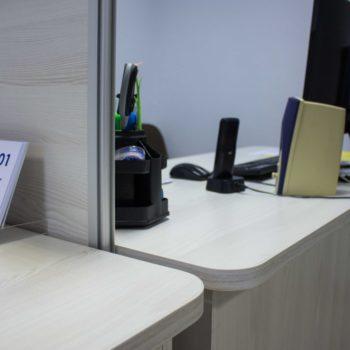 Ограждение между двумя рабочими столами