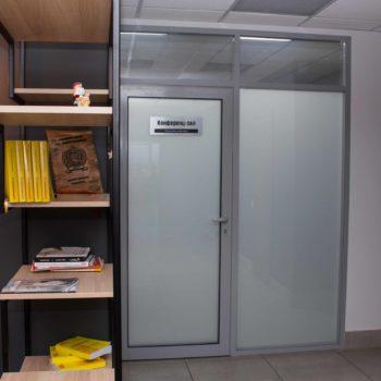 металлическая перегородка с дверью 2