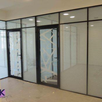 Алюминиевые перегородки с дверями