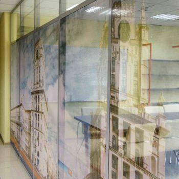 алюминиевые офисные перегородки с рисунком - вид сбоку