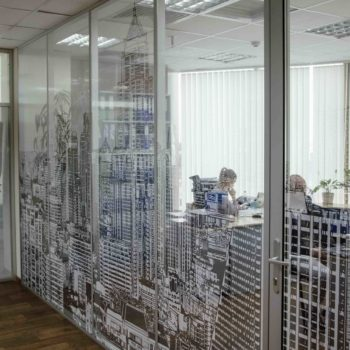 изготовленная на заказ алюминиевая перегородка для офиса - фото 2