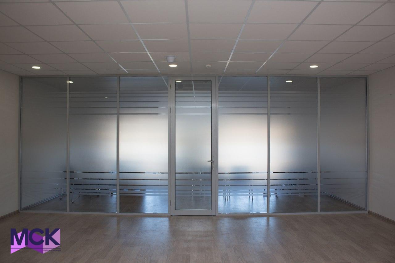 алюминиевые перегородки для офиса с закрытой дверью