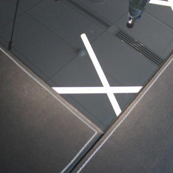 Стеклянный стол, отражение ламп