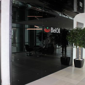 Входная черная стеклянная дверь в офис Beloil